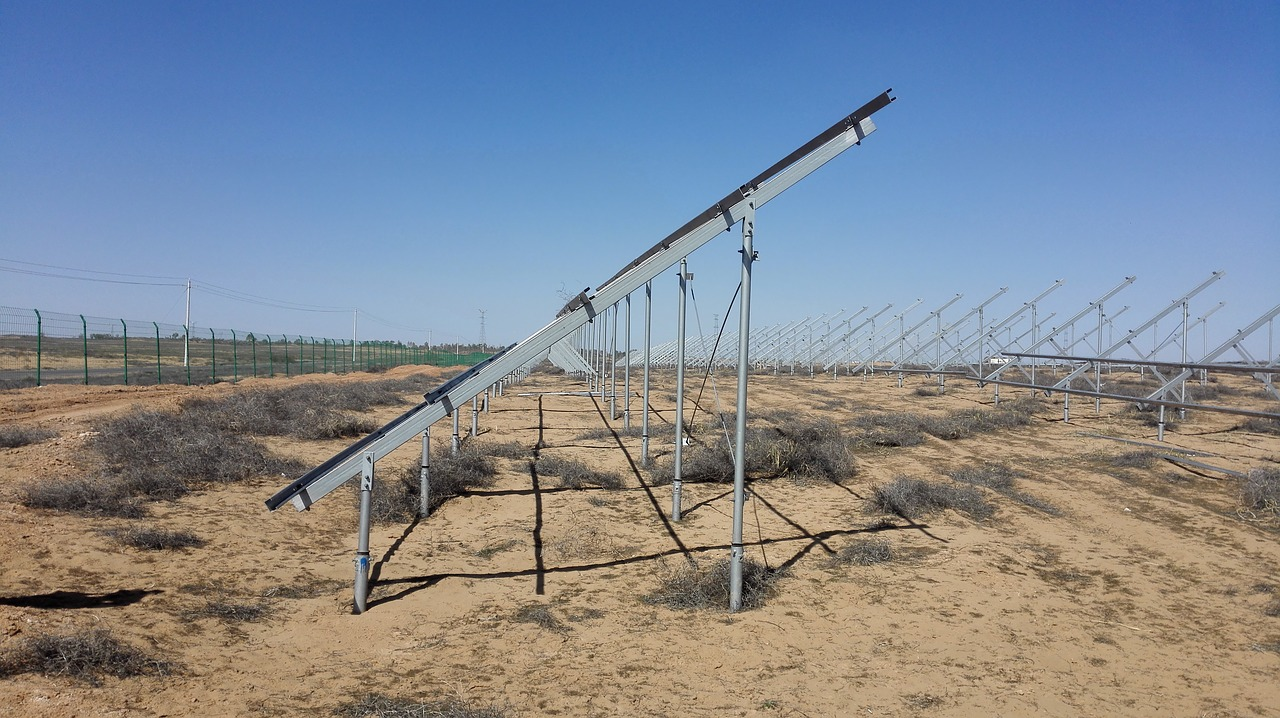 fotovoltaické panely na zemi