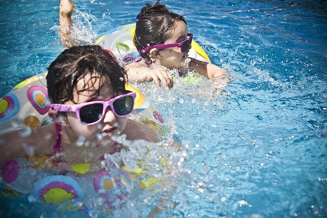 sluneční brýle na dětech