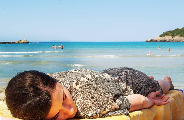 spící žena na pláži.jpg
