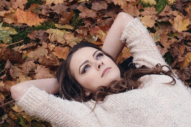 krásné děvče ležící v listech