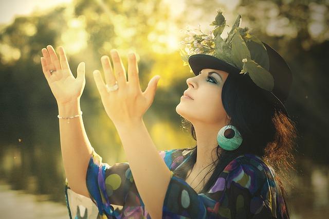 květovaný klobouk