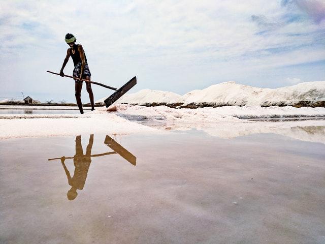 dělník při těžbě soli