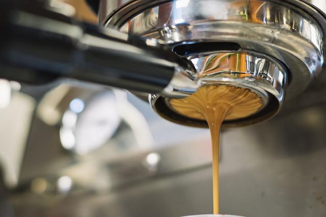 tekoucí káva
