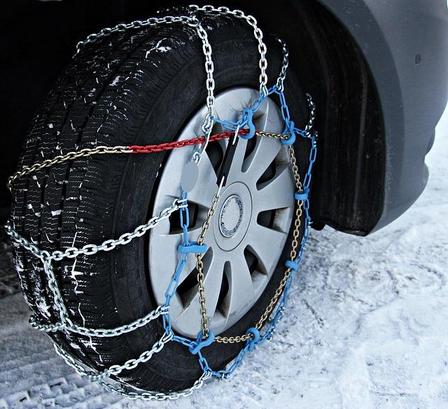 kolo automobilu se sněhovým řetězem
