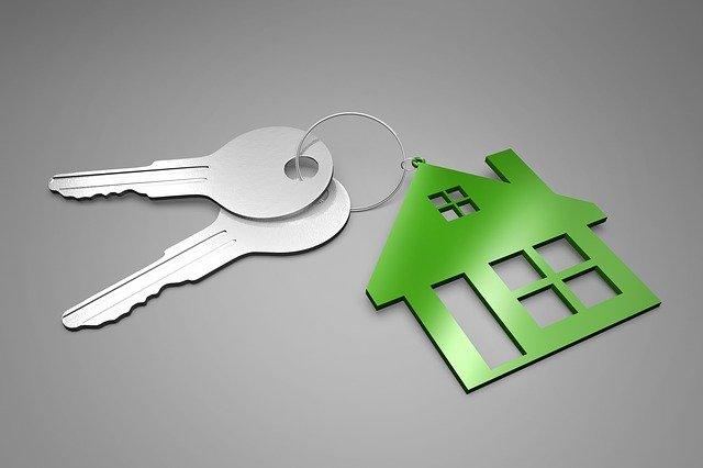 klíčenka s přívěskem ve tvaru domu